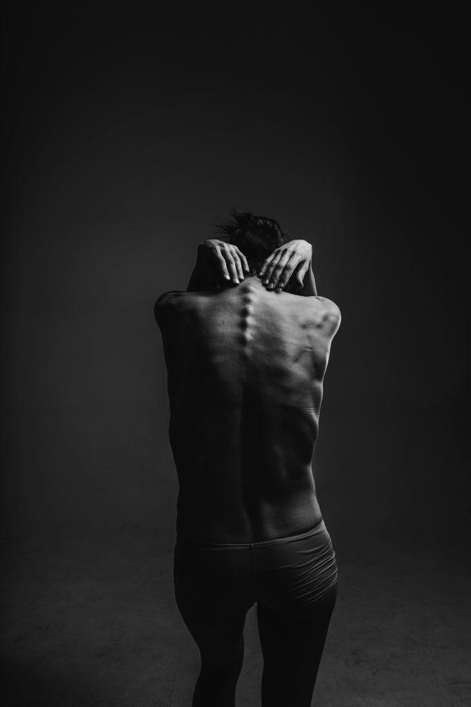 前かがみになると腰が痛い(腰痛)の原因とは?