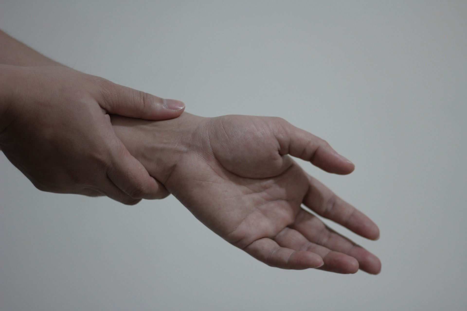 首こり、肩こりが原因の手のしびれの原因と対策とは?