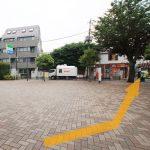 (2)広場がありますので 右の宝くじ売り場の通りへ入り